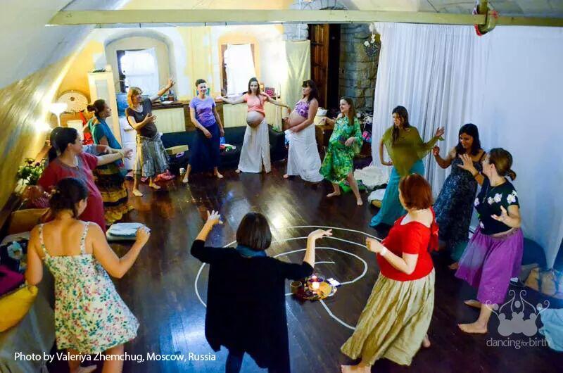 נשים רוקדות במעגל