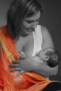 רוית שטרן גינת מחזיקה את בתה בידיים בשחור לבן עם צעיף כתום