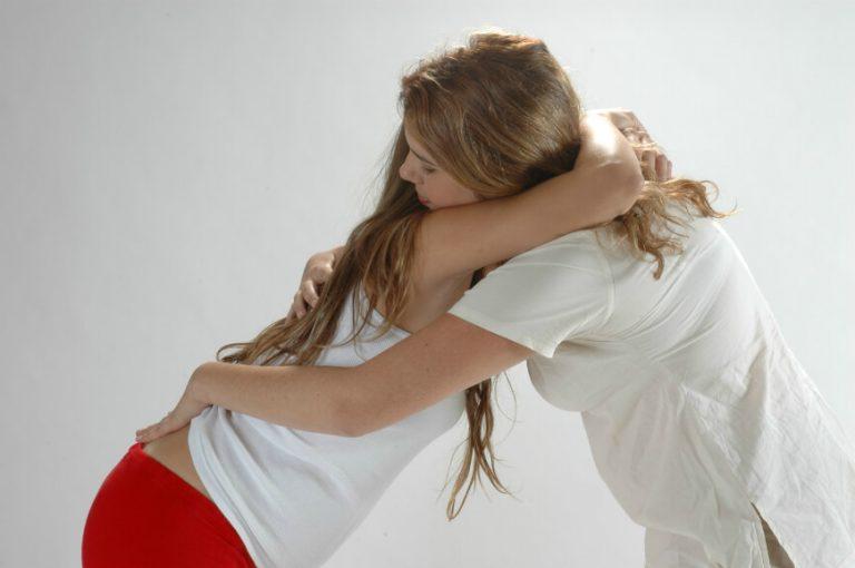 דולה מחבקת אשה בהריון