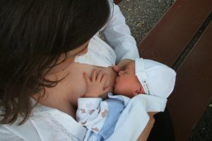 אמא מיניקה תינוק קטן