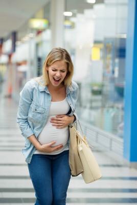 אשה בהריון עם צירים