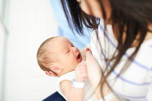 הנקה - אמא מניקה תינוק חדש