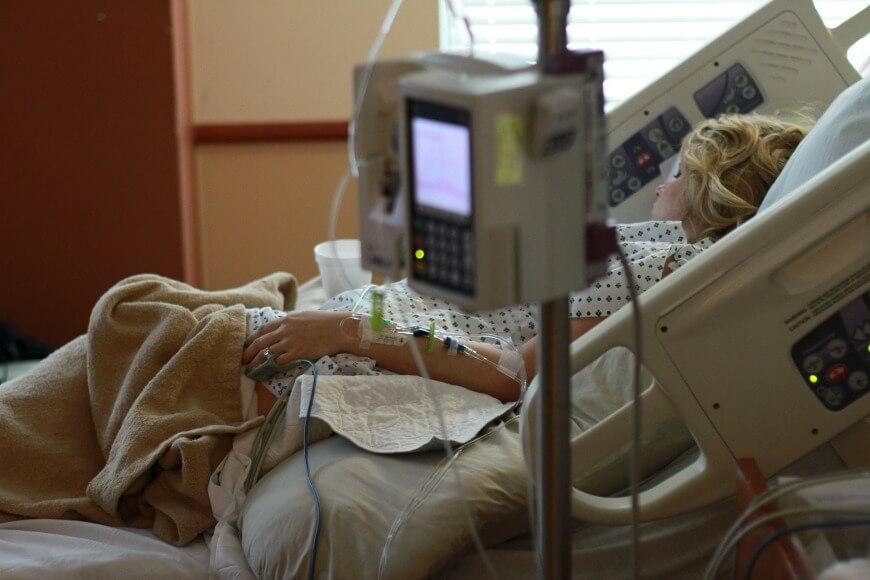 יולדת במיטת בית חולים