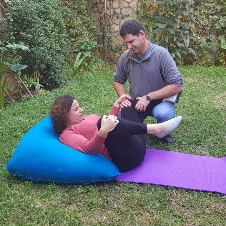 זוג מתרגל לידה על הגב בקורס הכנה ללידה