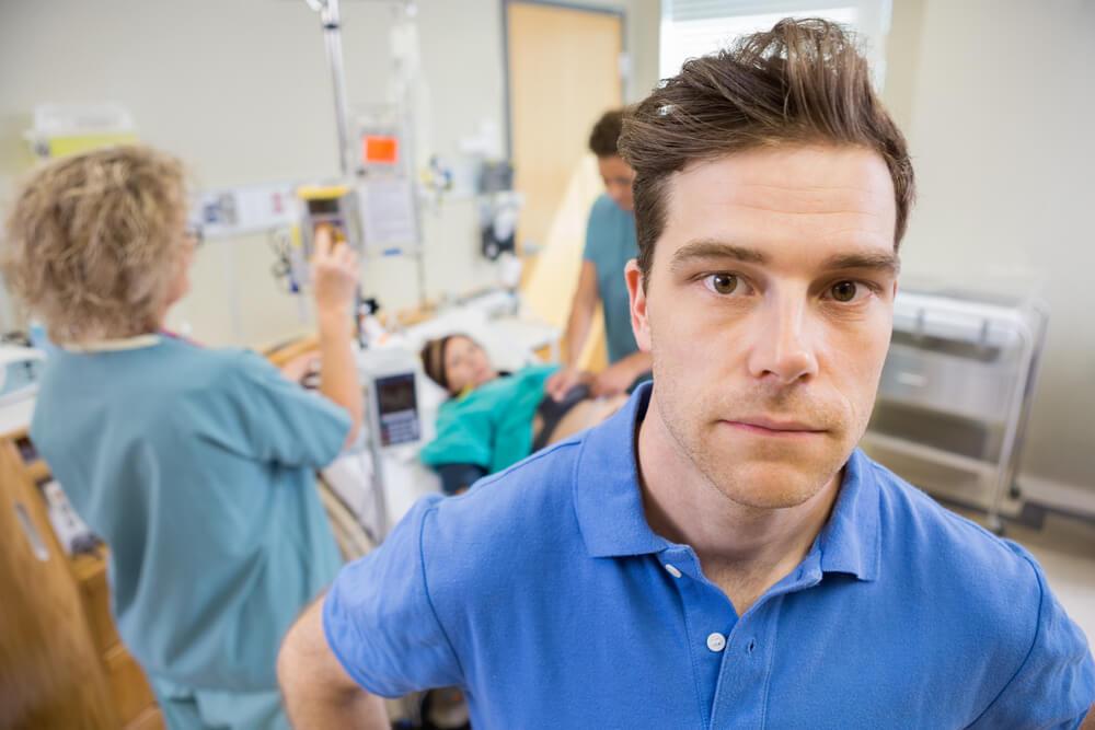 גבר מודאג בחדר לידה