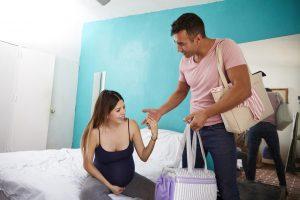 גבר ואשה יוצאים לחדר לידה